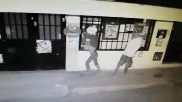 Delincuentes en Gigante tratan de ingresar a un establecimiento comercial forzando las ventanas.